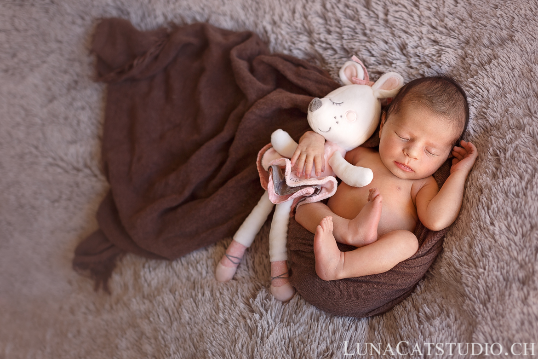photographe naissance pontarlier bébé peluche