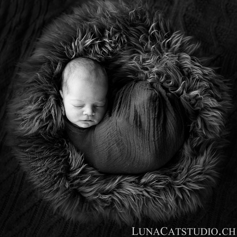 photo nouveau-né nyon noir et blanc